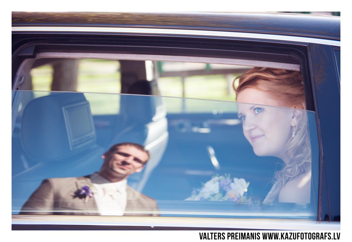 kāzu foto pie kāzu auto (kāzu fotogrāfs - Valters Preimanis)