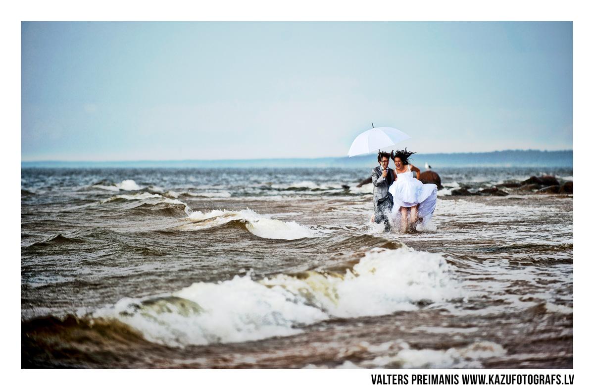 kāzu foto pie jūras (kāzu fotogrāfs - Valters Preimanis)