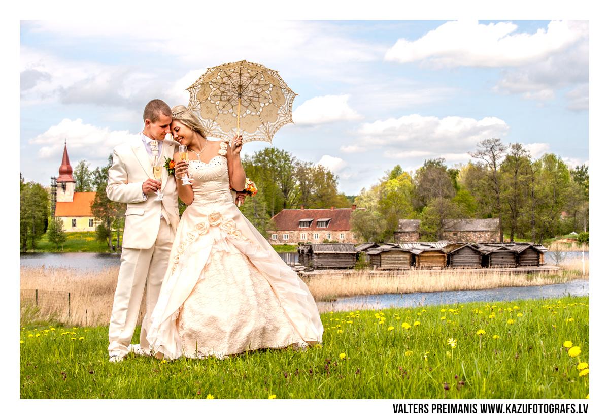 kāzu foto pie ezera (kāzu fotogrāfs - Valters Preimanis)